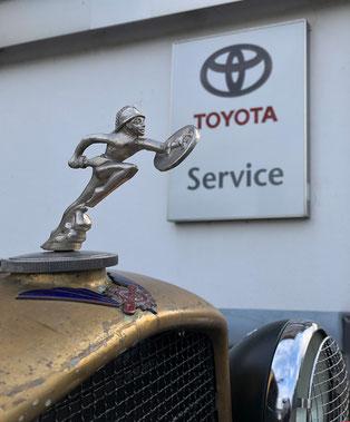 Kühlerfigur Salmson vor Toyotatafel