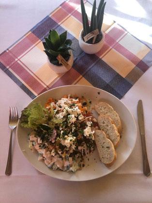 Gemischter Salatteller, Ziegenkäse, geröstete Nüsse und Honig