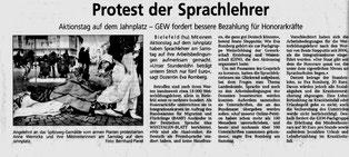 Eine Protestaktion von den bei der GEW-Bielefeld engagierten KollegInnen 2013 (Westfalen-Blatt April 2013)