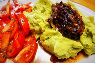 Grüner Kartoffelbrei mit gerösteten roten Zwiebel, vegan, vegetarisch, basisch