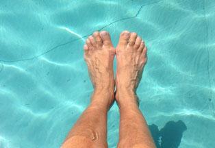Füße entspannen sich im Wasser