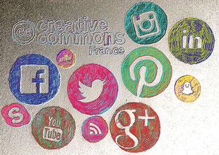 illustration de violaine kruch, les logos des reseaux sociaux dansant autour du logo de la licence creative commons