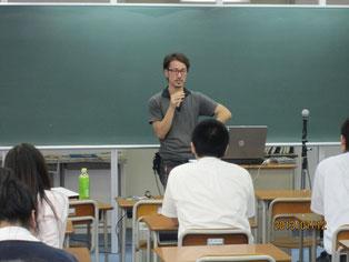 ラジオ放送を終えて、生徒たちに映画監督の林一嘉さんが映画への情熱を語る。