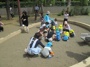 みんなで砂遊びをしています