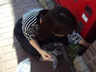 自動販売機の奥まで手を伸ばす。どうやってゴミをこんなところに捨てるの?