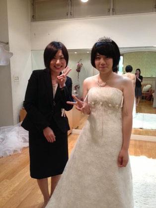 ウエディングドレスの試着、担当の諏訪様と一緒に。