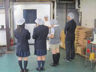 工場長が生徒の質問に答えてくださっています。
