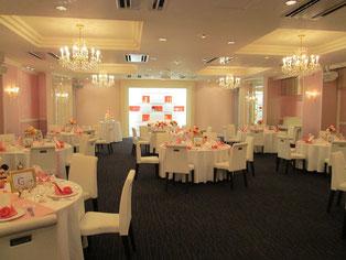 披露宴会場はピンクを基調としていて、可愛らしい印象を受けます。