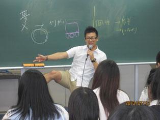 ラジオ放送を終えて、生徒たちにDJ磯谷祐介さんが、夢を持つことの素晴らしさを語る。