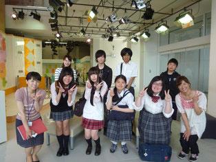 案内をしてくださった吉田さん、「エキヨコこまち」を担当しているアナウンサーの坂本愛さん、松山里穂さんと一緒に記念撮影