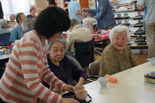 「お茶をどうぞ!」にお年寄りから「ありがとう」との感謝の言葉、嬉しいです。