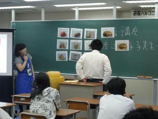 生徒たちにクイズを出しています。