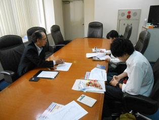 栗原支店長さんが熱心に株式の基本事項を説明してくださいました。