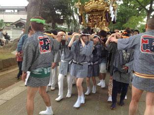 神社から神輿がスタートしました。