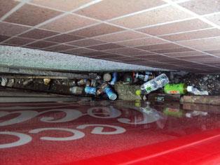 自動販売機の奥には飲んだ後の空がたくさん…。