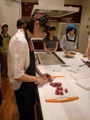 手際よくお肉の固まりを切り分けてます。