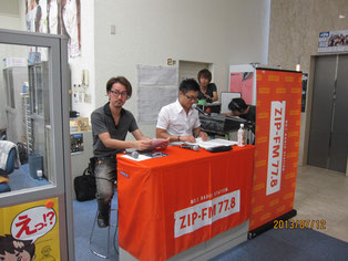 校舎からのラジオ放送。林一嘉監督(写真左)とDJ磯谷祐介さん(写真右)。