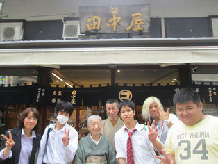 お店の前で記念撮影