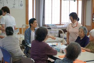 お年寄りや職員との会話に自然と笑みがこぼれます。