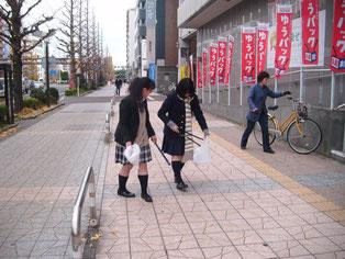 学校前のメイン道路を清掃。