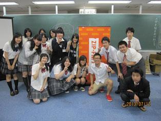 DJ磯谷祐介さんを囲んで、生徒たちと記念写真。