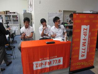 校舎からのラジオ放送。DJ磯谷祐介さんが生徒たちにインタビュー。