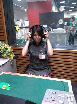 ニュースセンターの横に、アナウンサーの方が声だけを収録するための部屋がありました。