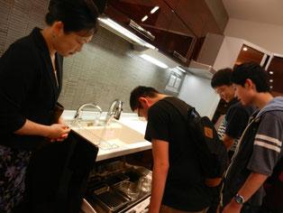 食器洗い機。真剣に見ています。