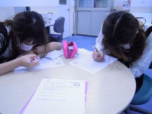 黙々と感想文を綴る生徒たち。多くのことを感じたようです。