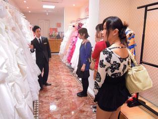 衣裳部屋で憧れのドレスと対面し、値段の桁の0が多いことも知る。理想と現実で複雑な表情の生徒も。