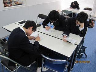 事後学習として、生徒たちがワークシートに意見や感想を記入。