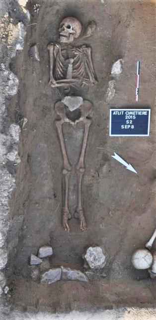 Quelques exemples de tombes fouillées sur le site : tombe en fosse S2SP8 recoupant un coffrage en pierre S2SP13 © Mission Atlit 2015