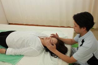 頬骨部への触圧で眼精疲労とお顔の歪みを調整します