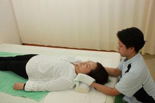 頚部の優しい揺らしと軽い牽引、静圧で頚と後頭部まで調整します