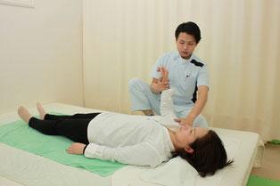 肘を軽く曲げて上腕を回旋して肩関節周囲を調整します
