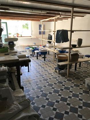 Töpfern an der Drehscheibe Kurse. Bild des Ateliers mit 5 Arbeitsplätzen.