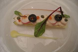 スモークサーモンのムースを絞ったホワイトアスパラのサラダ