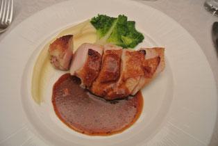 ローズマリーとガーリックの風味で焼き上げた鶏肉のロースト 粒マスタードソース