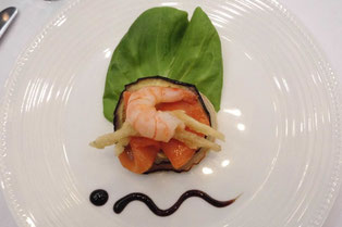 ローストした野菜のサラダ 海老のカクテルとスモークサーモンを添えて