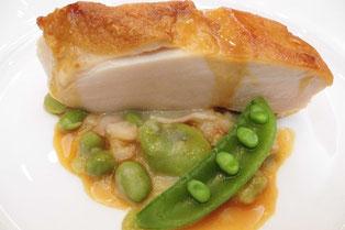 鶏胸肉のポワレ 緑の豆たちのフランス煮添え