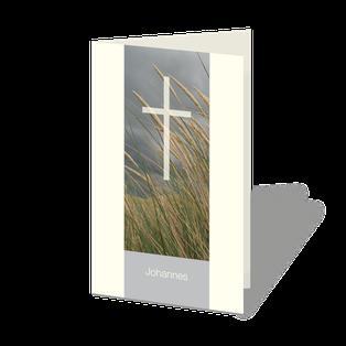 Trauerkarte Dünen, Gras im Wind vor wolkigem Himmel, darüber ein weiß-transparentes Kreuz.