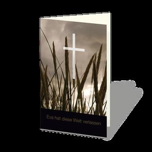 Trauerkarte mit Ähren im Gegenlicht, darüber weißes transparentes Kreuz, darunter ein dunkler Streifen mit Text.