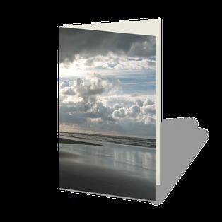 Trauerkarte Nordsee, Strand und Meer mit wolkigem Himmel.
