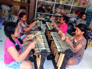 ゴージャスパングルのお試し演奏をする女子4人組