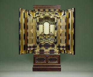 この金仏壇は、年間製作台数1台のみの限定オーダー商品です。欅の玉杢を際立たせる摺漆という技法で仕上げています。