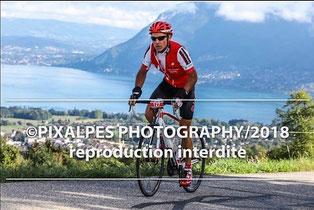 """Dans le col de Leschaux avec le lac d'Annecy en """"fond d'écran"""""""