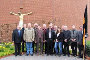 """Der neue Vorstand vor dem """"Kolping-Kreuz"""" an der Ansgarkirche"""