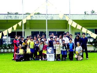 高倉健さんをしのび、富野校校庭に黄色いハンカチが掲げられた=10日午後、同校
