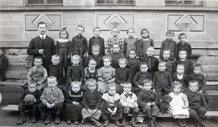 """Schulkinder vor dem alten Derdinger Schulhaus ca. 1905."""""""