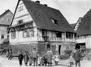 """Bohnenviertel"""" - links im Bild das ehemalige Schulhaus, jetzt Metzgerei Klotz, das kleine Fachwerkhaus ist abgerissen, die Fläche wird als Parkplatz genutzt"""